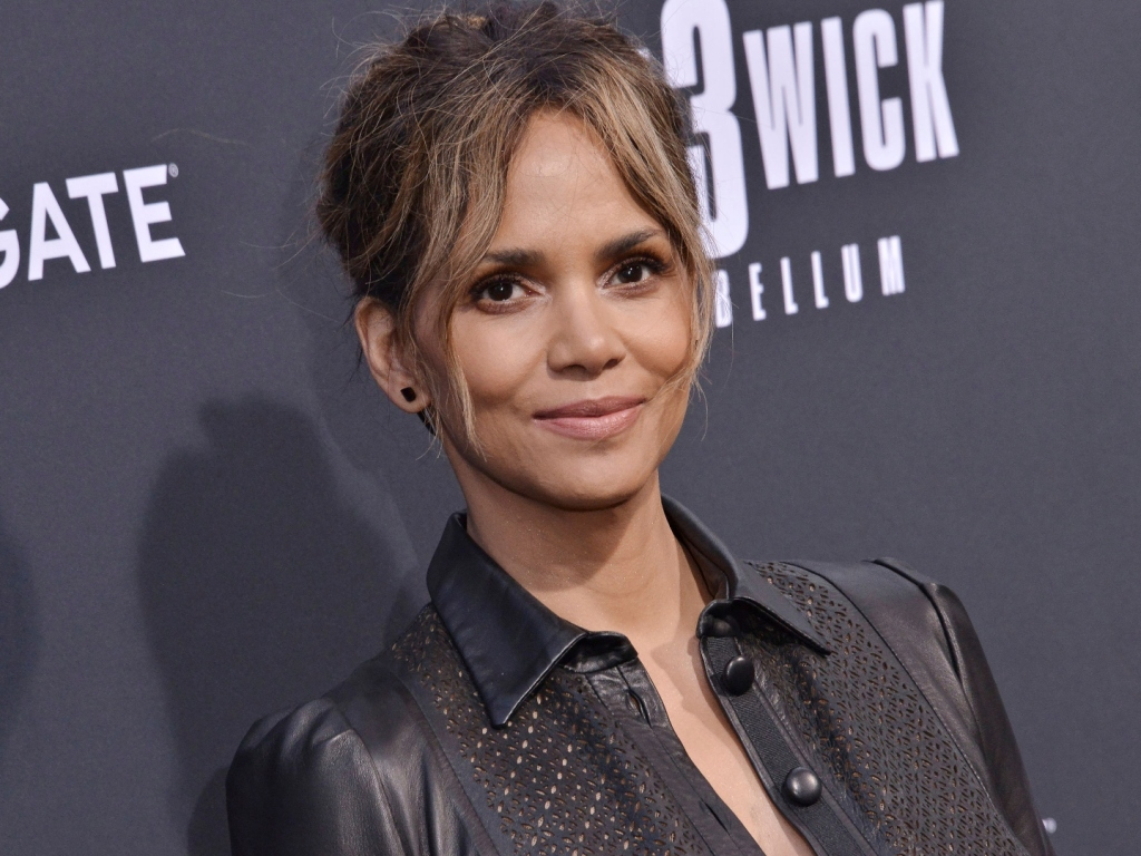 Halle Berry Shares Sexy Bikini Photo, Throwback to 'Die ...