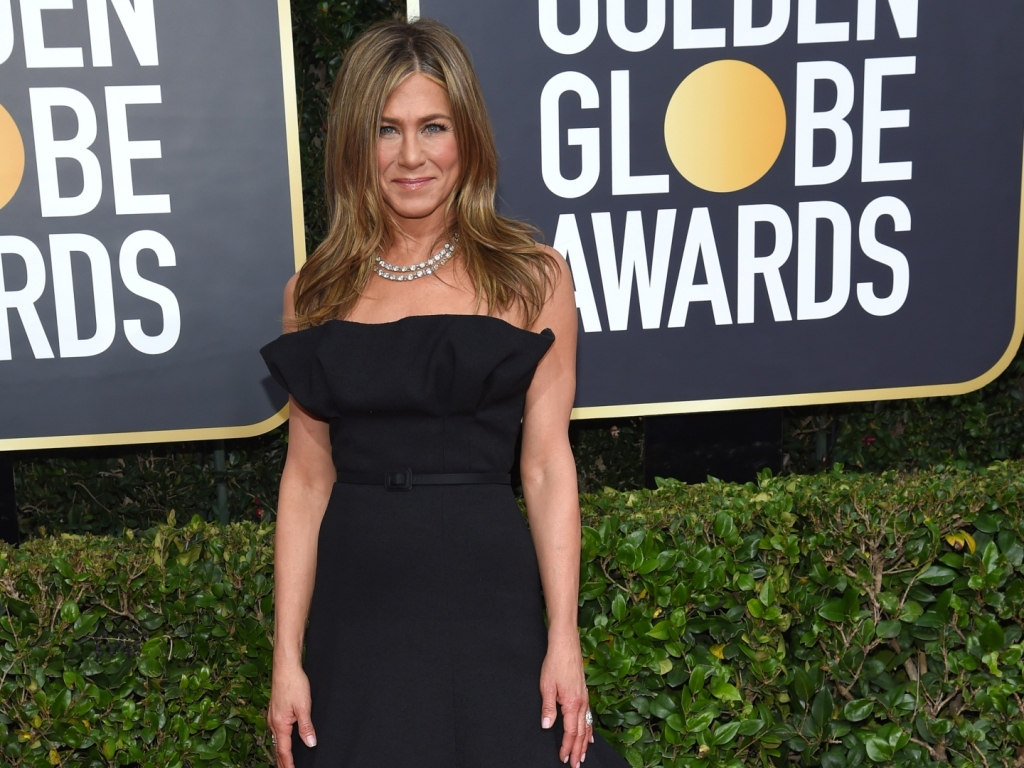 """Jennifer Aniston Shows Off Fresh Hairstyle in Behind-the-Scenes Photos From """"The Morning Show"""""""